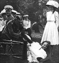 Anastasia falls with her chair. Amazing tranquility of Olga. It`s Nastya) Анастасия падает со стулом. Удивительное спокойствие Ольги. Это Настя.
