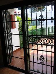 Puertas modernas exteriores hierro madera y crital for Puertas de hierro forjado modernas para casas