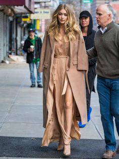 Gigi Hadid vs Olivia Palermo styling Source by melissamccannmusic . Fashion Mode, Look Fashion, Autumn Fashion, Fashion Outfits, Fashion Tips, Estilo Gigi Hadid, Gigi Hadid Style, Gigi Hadid Hair, Olivia Palermo
