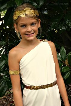 Easy Greek Goddess Costume Make a Simple Greek Goddess Costume. This is such a beautiful handmade Halloween costume and can be made in no time! Diy Toga, Toga Costume Diy, Costume Ninja, Deer Costume, Cowgirl Costume, Greek God Costume, Greek Goddess Costume Kids, Greece Costume, Fancy Dress