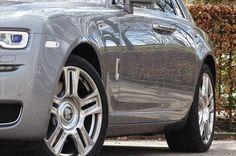 Het ethos van Ghost is de eenvoud en elk detail heeft een tijdloze elegantie en zuiverheid . de klassieke 2 : 1 verhouding van het wiel te lichaamslengte zorgen Ghost Series II is een Rolls - Royce door middel van en door.