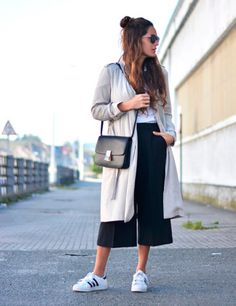 Culottes: how to take them - - Casual Winter Outfits, Summer Outfits, Cute Outfits, Outfit Winter, Street Style Outfits, Street Style Looks, Culottes Street Style Casual, Cullotes Outfit Casual, Black Culottes Outfit Casual