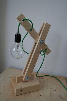 Stoere lamp! Deze lamp is gemaakt van nieuw robuust hout en is in hoogte verstelbaar. De lamp heeft een zwarte geaarde stekker en zwarte fitting -verkocht-