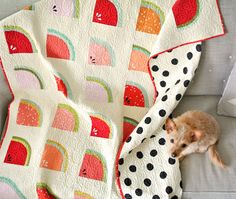 A FREE watermelon quilt pattern! Learn to sew curves with the Mod Melons quilt pattern. Includes a video tutorial and instructions on how to sew curves! Quilt Festival, Watermelon Quilt, Watermelon Crafts, Sweet Watermelon, Watermelon Carving, Quilting Tips, Quilting Projects, Sewing Projects, Sewing Blogs
