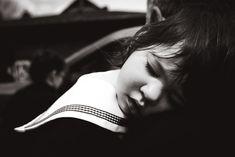 On grandpa's shoulder - Enfant dormant en confiance sur l'épaule de son grand-père.