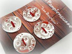 """Carte de 4 boutons """"motif étoiles"""" en faïence. Ils sont fabriqués et émaillés par mes soins, dans mon atelier. Tous les boutons """"Lili pamplemousse"""" sont façonnés, imprimés  - 8943855"""