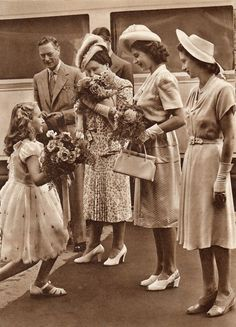 Royal Tour of South Africa, King George VI, Queen Elizabeth, Princess Elizabeth and Princess Margaret presented with flowers. Die Queen, Hm The Queen, Her Majesty The Queen, George Vi, Portraits Victoriens, Young Queen Elizabeth, Cultura General, British Royal Families, English Royal Family