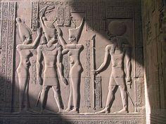 """Scène de couronnement en présence du dieu Haroëris à tête de faucon. Haroëris, représenté ici coiffé du disque solaire où se dresse l'uræus, est probablement la plus ancienne forme du dieu Horus. Son nom signifie """"Horus l'Ancien"""", """"Horus le Grand"""", ou """"Horus l'Aîné"""" - Bas-reliefs du Temple de Sobek & Haroëris à Kôm-Ombo, Égypte."""