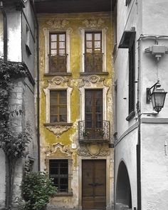 Ile de France? From an older website found via Pinterest. The color...sublime. .................I don't know if this structure is located in Paris. Someone commented it's located in Italy. I've asked the IGer if she was sure? Sorry for the confusion. Would like to know the correct information.