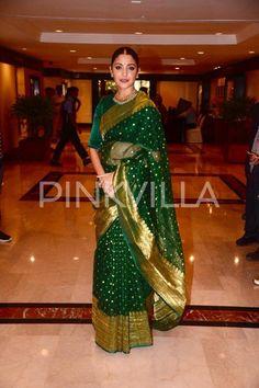 Photos: Anushka Sharma looks drop-dead gorgeous in a green saree for an award function Indian Bridal Outfits, Indian Bridal Wear, Indian Bridal Lehenga, Indian Dresses, South Indian Sarees, Silk Saree Banarasi, Kanchipuram Saree, Anushka Sharma Saree, Ethnic Sarees