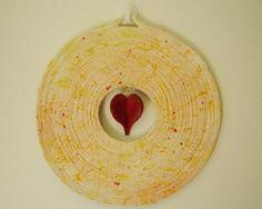 mandala coração 2 mandala jornal,semente,tinta e verniz confecionada c/ ma,teriais recicláveis