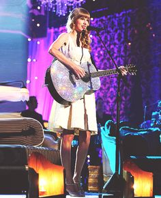 Taylor Swift, still with her sparkly guitar :')