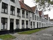 Het Begijnhof van Brugge een historisch beeld in Brugge Is opgebouwd in het begin van de 13 de eeuw. Het ligt vlakbij het Minnewater en het Sashuis. Ik ga er elk jaar naartoe in de lente voor een week, om te kantklossen.