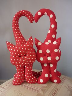 les chatons, le tuto - L'atelier de Dan - Her Crochet Sock Crafts, Cat Crafts, Fabric Toys, Fabric Crafts, Large Stuffed Animals, Cat Applique, Fabric Animals, Felt Cat, Felt Patterns