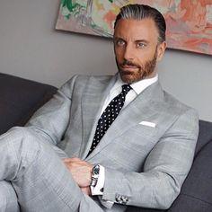 Love this light gray suit. Der Gentleman, Gentleman Style, Mens Fashion Wear, Suit Fashion, Sharp Dressed Man, Well Dressed Men, Terno Slim, Light Grey Suits, Designer Suits For Men