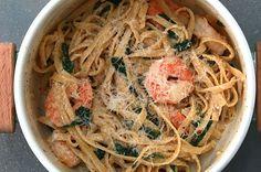 This one pot prawn spinach pasta is so easy to cook that you will not eat anything else- Diese One-Pot Garnelen-Spinat-Pasta ist so einfach zu kochen, dass du nichts anderes mehr essen wirst Creamy one-pot prawn and spinach pasta Garlic Shrimp Pasta, Lemon Garlic Shrimp, Shrimp Pasta Recipes, Fish Recipes, Seafood Recipes, Garlic Salt, Parmesan Shrimp, Creamy Shrimp Pasta, Spinach Recipes