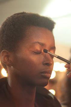 A pele é mais natural, apenas com um leve blush