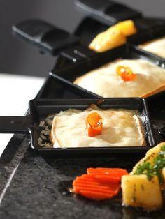Raclette ist ein beliebter Klassiker an Silvester. Es macht Spaß und ist praktisch, da jeder nach seinem Geschmack die kleinen Pfännchen
