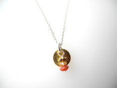Kette zart kurz  mit Anhänger. Amulett Silber vergoldet mit Koralle, Perle und Goldkrönchen.