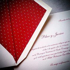 MaiteSanz. Forro en granate con pequeños lunares #maitasanz #invitaciones #bodas #boda #wedding #personalizadas #lunares #clasicas