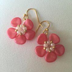 Rosa pétalo de rosa con cuentas pendientes semilla por WorkofHeart                                                                                                                                                     Más