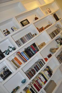 Gran librería integrada en la pared del salón #arquitectura #interiorismo #vivienda #decoracion