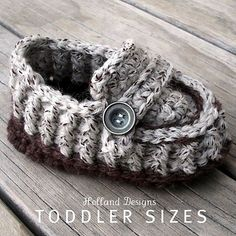 The very popular modern baby loafers pattern is now available in toddler sizes! Ribbed upper, tongue and high-fitting ankle help keep these shoes Knitting Projects, Crochet Projects, Knitting Patterns, Crochet Patterns, Crochet Designs, Crochet Ideas, Crochet Crafts, Yarn Crafts, Knit Crochet