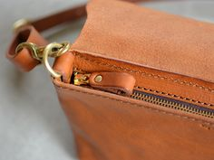 小さくても必要なモノが入る。本体をコンパクトなサイズに仕上げつつも、長財布も入るサイズ感なので、ちょっとしたお出かけにも十分使える収納量になっています。※新しくMサイズが登場しました。