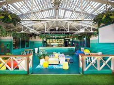 """Garden Bar.  En el piso superior, el """"Garden Bar"""" fue diseñado con colores alegres y mucha vegetación, lo que crea un contraste evidente con el espacio del nivel inferior."""
