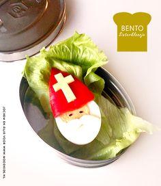 Met deze tip van Sint, maak je 'n easy Bento voor je kind. Trek de koelkast open, je hoeft waarschijnlijk niks te kopen. In die ene koelkastla, ligt vast nog wel een paprika. Nu alleen een half ei en je maakt je kind weer blij. Alleen het kruis nog op de mijter van klaas, gesneden uit een plakkie kaas.  Nodig      Hard gekookt ei     (punt) paprika     Zwarte sesamzaadjes (nigella) voor de ogen