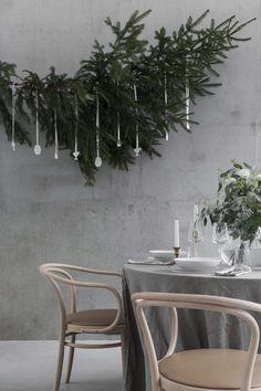 Yksinkertaisen, mutta juhlavan joulukattauksen juju on pöydän keskipisteenä oleva suuri eukalypuksen oksista ja valkoisista neilikoista sidottu kimppu. Kattauksen täydentää kirpputoreilta kerätyt messinkiset sekä hieman uudemmat, kullansävyiset kynttilänjalat.