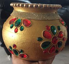 Kalash Decoration, Thali Decoration Ideas, Diy Diwali Decorations, Home Wedding Decorations, Wedding Crafts, Vase Crafts, Craft Stick Crafts, Bottle Painting, Bottle Art