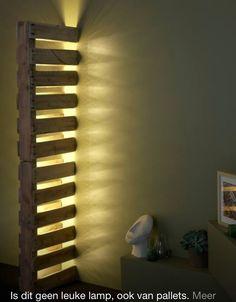 Pallets en een TL-lamp zorgen voor een een sfeervolle en toch goedkope lichtbron in huis