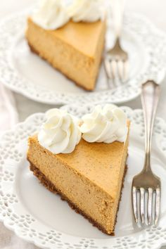 smooth and creamy pumpkin cheesecake sits on top of an easy homemade gingersnap cookie crust. The gingersnaps in the cookie crust just takes this pumpkin cheesecake over the top! It is the perfect dessert for fall! Tart Recipes, Cheesecake Recipes, Dessert Recipes, Fig Cake, Berry Tart, Ginger Snap Cookies, Salty Cake, Pumpkin Cheesecake, Pumpkins