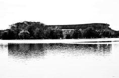 Sembra il nido d'un animale feroce, l''Île de Saint Mathya, ribattezzata dalla tradizione cantonale: La Pierre Muet, la Pietra Silenziosa. Nessun Elveziano della buona società ama la sua vista. I sapienti architetti dell'Aux hanno concepito una strada serpeggiante  per evitare che i Gentiluomini, durante il loro allenamento serale sul lungolago, ne incrociassero l'ombra . http://figlidelmuro.blogspot.it/p/la-porta-delle-anime-morte.html