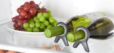 Un support qui maintien des bouteilles stables sur une étagère - http://hellobiz.fr/support-maintien-bouteilles-stables-etagere/
