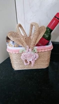 Cintia Bentes DIY has just created an awesome short video Ideias Diy, Gelato, Basket, Easter Art, Hampers, Painted Bottles, Painted Rocks, Milk Box, Plastic Recycling
