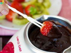 Chocolate fondue Fondue Recipes, Beef Kabob Recipes, Appetizer Recipes, Fondue Ideas, Appetizers, Snack Recipes, Healthy Recipes, Cooking Recipes, Party Recipes
