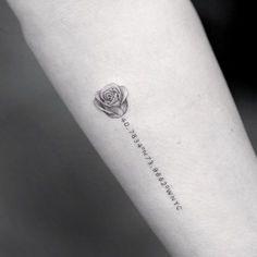 Este exclusivo rose tattoo http://tatuagens247.blogspot.com/2016/11/50-magnifica-rosa-tatuagens.html