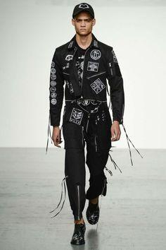 Tonos militares acompañados de referencias punk forman parte de la colección Spring-Summer 2018 de KTZ en la semana de la moda de Londres
