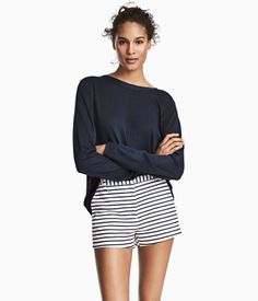 White/dark blue striped. Short shorts in woven stretch fabric made from a cotton blend. Concealed hook-and-eye fastener and zip fly. Side pockets, mock back