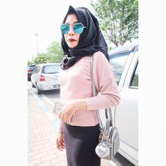I love pink when meet black. #hijab #hijabootd #ootdindonesia #hijabindonesia #blackstyle #pinkstyle #blueeyeglasses