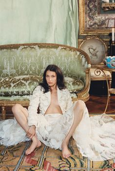 Lady in Waiting Publication: W Magazine October 2016 Model: Bella Hadid Photographer: Venetia Scott Fashion Editor: Edward Enninful Hair: Odile Gilbert Make Up: Stéphane Marais Bella Hadid Estilo, Style Bella Hadid, Bella Gigi Hadid, Editorial Photography, Fashion Photography, W Magazine, Lady In Waiting, Poses, Celebs