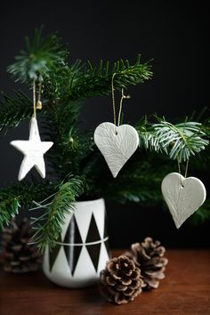 DIY: christmas ornaments. Imprint lace or greens. Can be used as gift tags