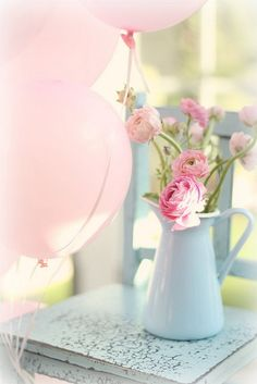 Soft and pretty for a tea party. Pastel pink balloons and flowers. Deco Pastel, Deco Floral, Bonbons Pastel, Ballon Rose, Colorful Roses, Pink Flowers, Pink Peonies, Vintage Flowers, Ranunculus Flowers