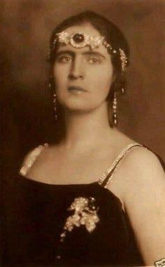 When Queen Olga died in her collection of emeralds passed to her grandson, King George II of Greece, and his wife Queen Elisabeth, nee Romania. Elisabeth wore several of the emeralds bandeau-style across her forehead. King George Ii, Greek Royalty, Greek Royal Family, Casa Real, Princess Elizabeth, Royal Jewelry, Women In History, European History, Royal House