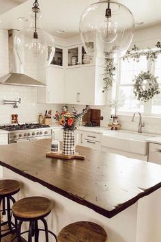 35 Best Farmhouse Kitchen Decor Ideas to Fuel Your Remodel Nowadays people are very creative, kitchen design is not an exception. You can find a lot of beautiful rustic farmhouse kitchen design examples. Farmhouse Kitchen Lighting, Rustic Kitchen Design, Modern Farmhouse Kitchens, Home Decor Kitchen, New Kitchen, Home Kitchens, Rustic Farmhouse, Farmhouse Style, Farmhouse Sinks