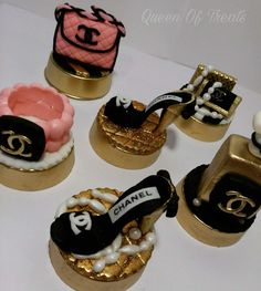 Chocolate Covered Treats, Chocolate Dipped Oreos, Chocolate Shop, Chanel Cake, Chanel Party, Oreo Cookies, Chocolate Cookies, Oreo Delight, Gourmet Candy Apples