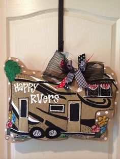 Happy RVers burlap hanger Burlap Art, Burlap Crafts, Wood Crafts, Cool Gifts, Diy Gifts, Burlap Projects, Diy Projects, Burlap Door Hangers, Yard Flags