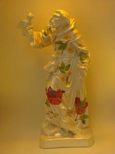 imagem em gesso fundo marfim com decoupagem padronagem de pássaros. <br>São Francisco é o protetor dos animais e padroeiro da ecologia, seu dia é comemorado em 4 de outubro. <br> <br> <br>Curiosidade: Nascido na Úmbria (perto de Assis), Itália, em 1182, seu nome era Francisco Bernardone. Filho de um rico comerciante de tecidos, teve uma adolescência fútil, vivendo na companhia de boêmios e, por isso, aos 20 anos foi aprisionado. Depois de libertado, voltou à boêmia, porém gradativamente foi…